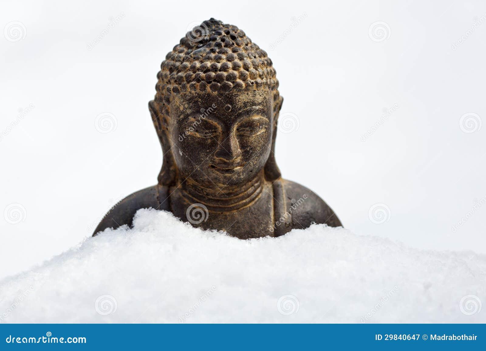 Buddha cobriu com a neve
