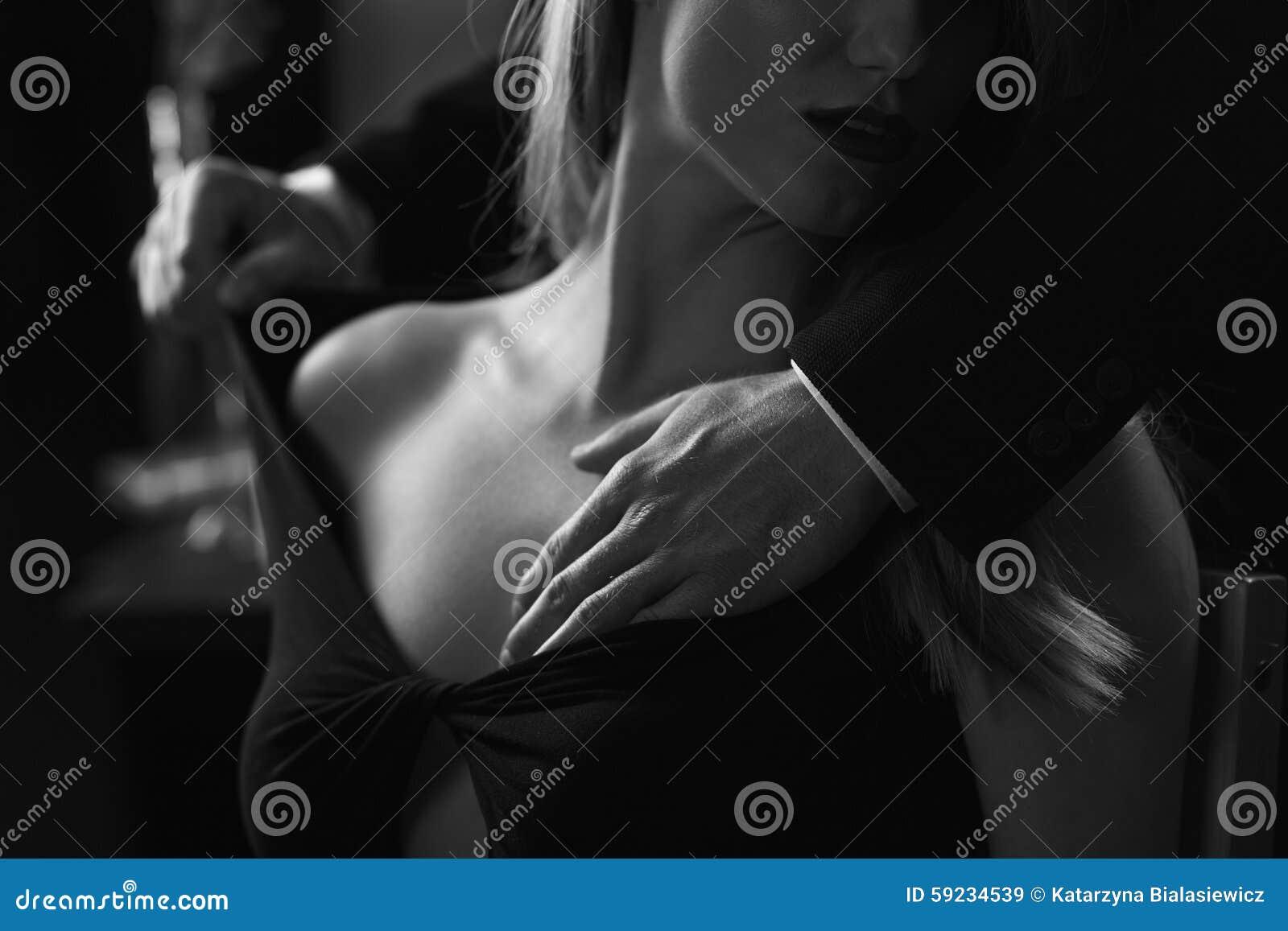 Download Busto Femenino Conmovedor De Las Manos Masculinas Imagen de archivo - Imagen de hermoso, amantes: 59234539