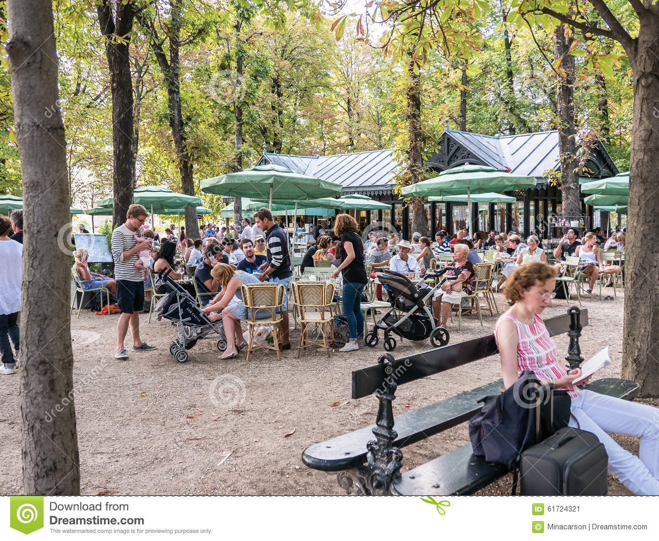 Busy outdoor cafe in jardin de luxembourg paris france for Diner jardin paris