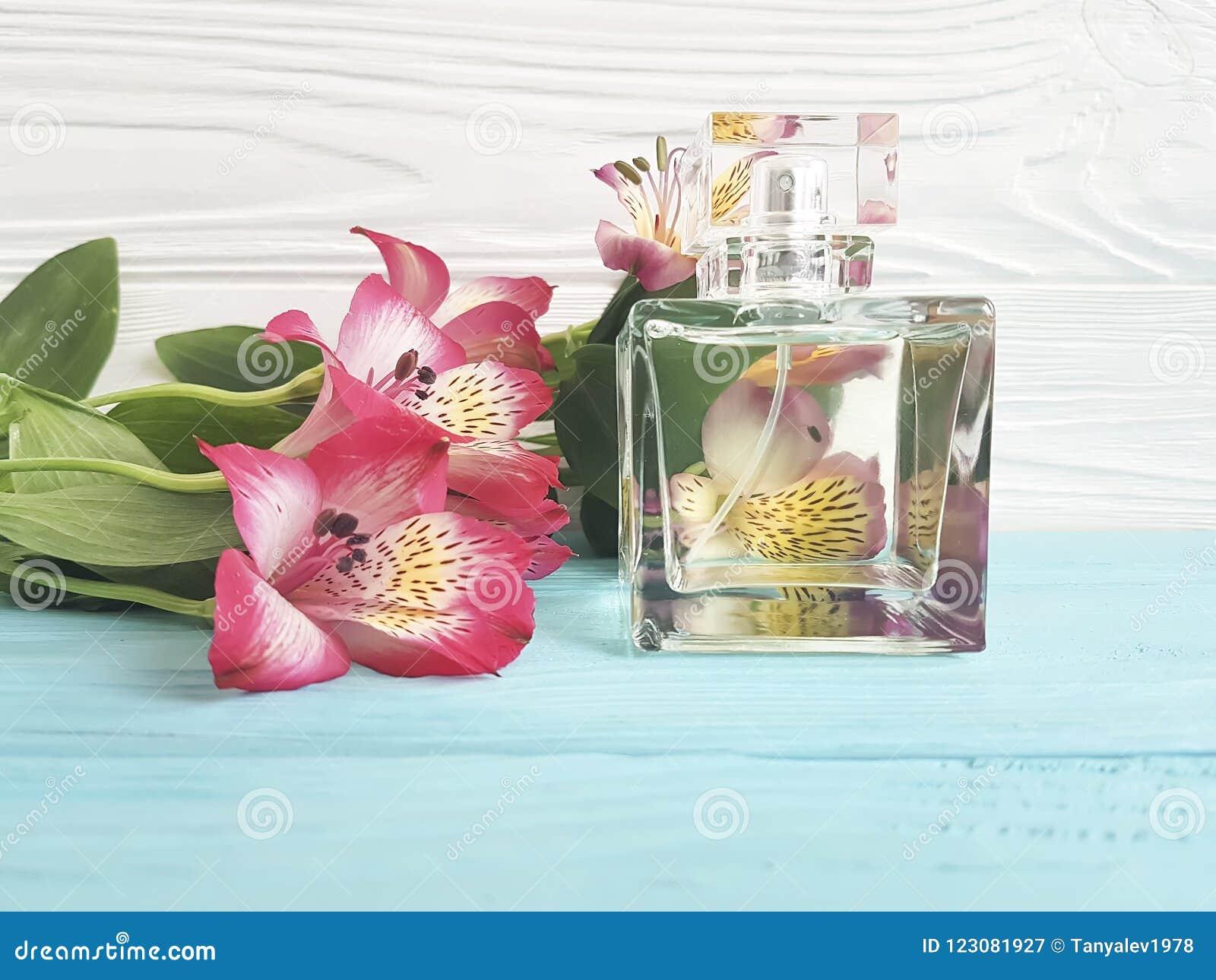 Butelka pachnidło kwiatu alstroemeria dekoracja piękna na drewnianym tle