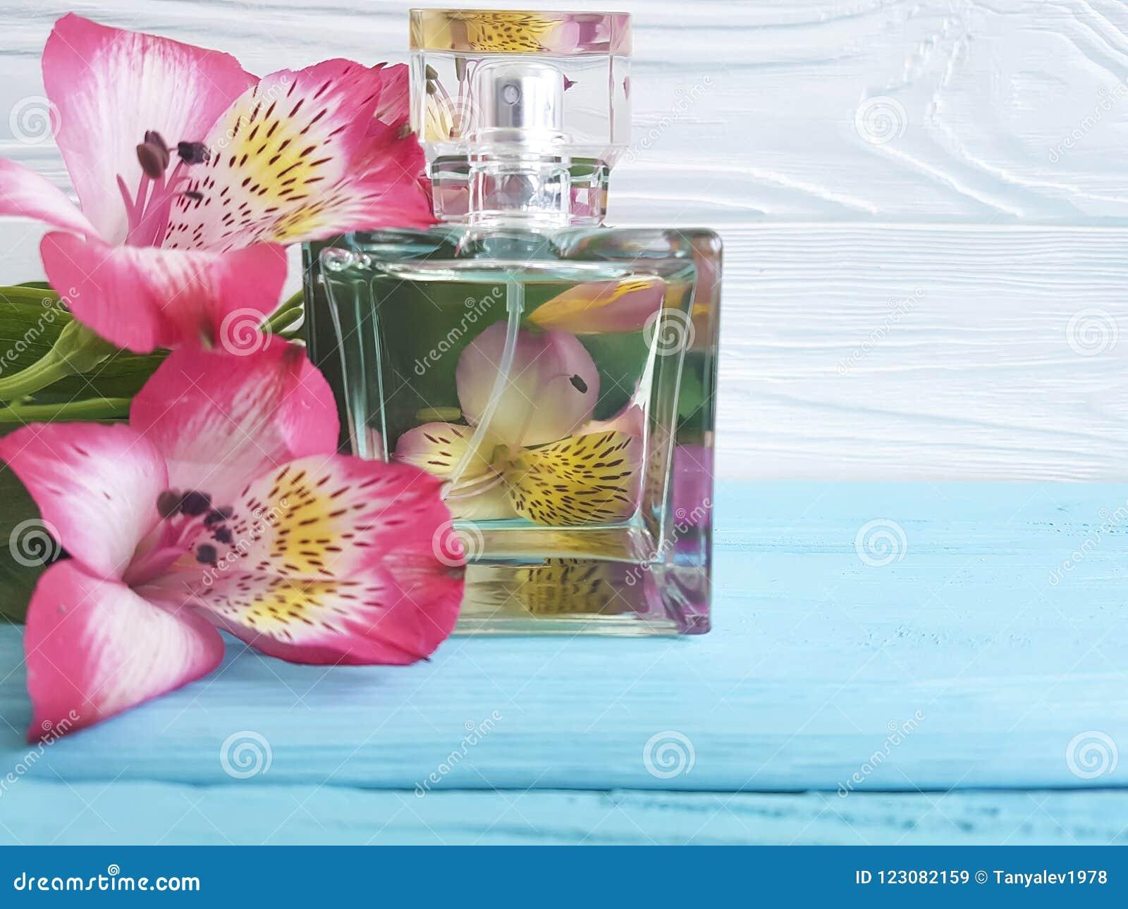 Butelka pachnidło kwiatu alstroemeria piękny na drewnianym tle