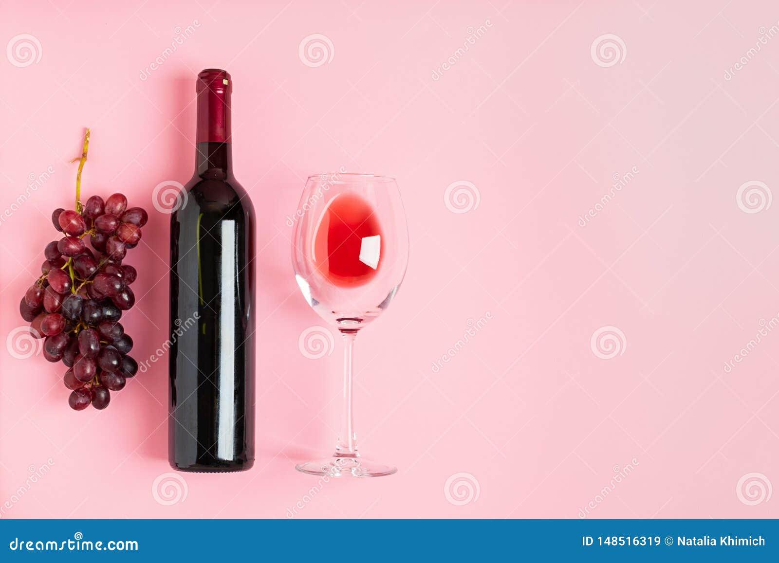 Butelka wino pusty szkło wiązka winogrona na delikatnym różowym tle minimalista Odg?rnego widoku mieszkania uk?ad