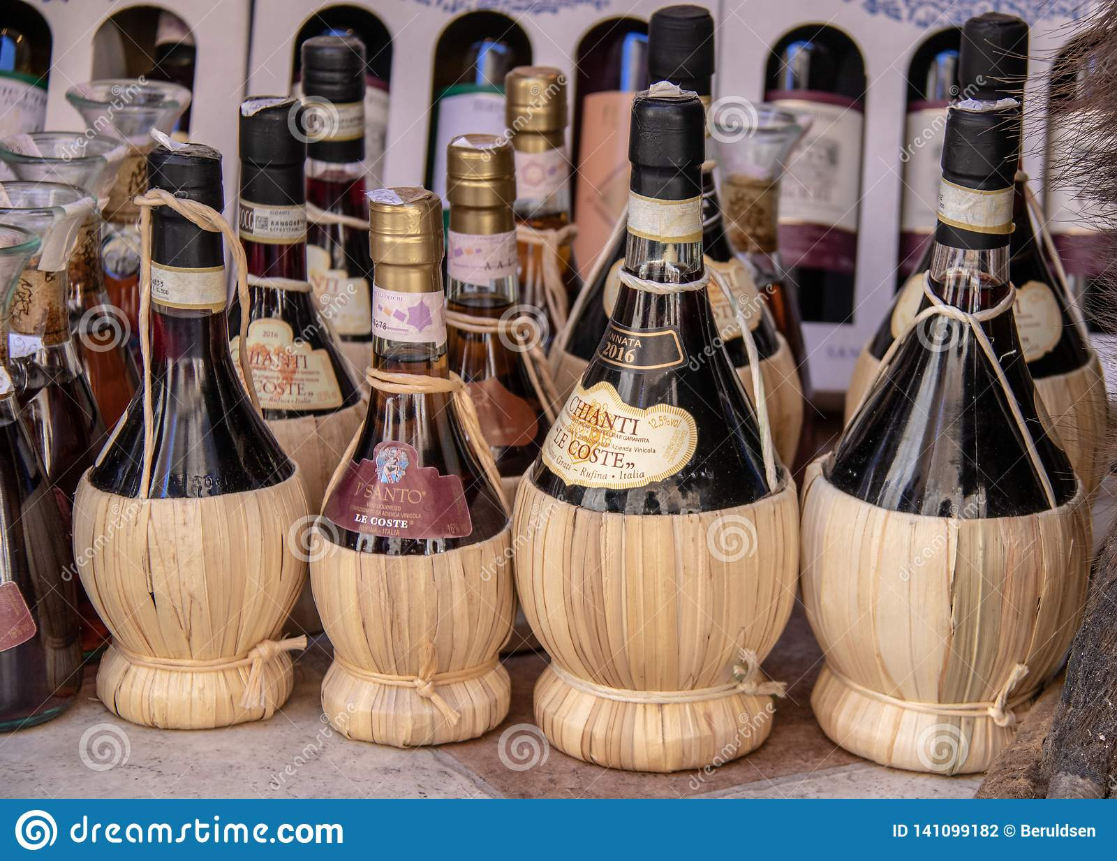 Butelki Chianti w San Gimignano