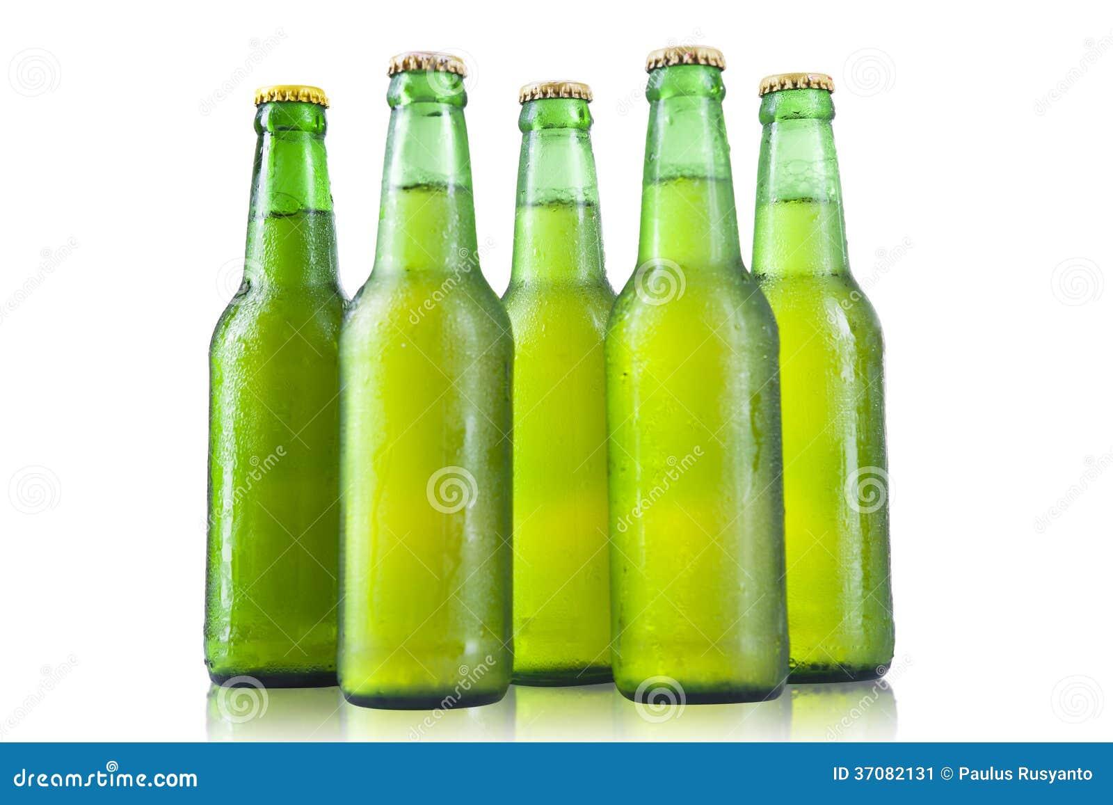 Download Butelki piwo na białym tle obraz stock. Obraz złożonej z lager - 37082131