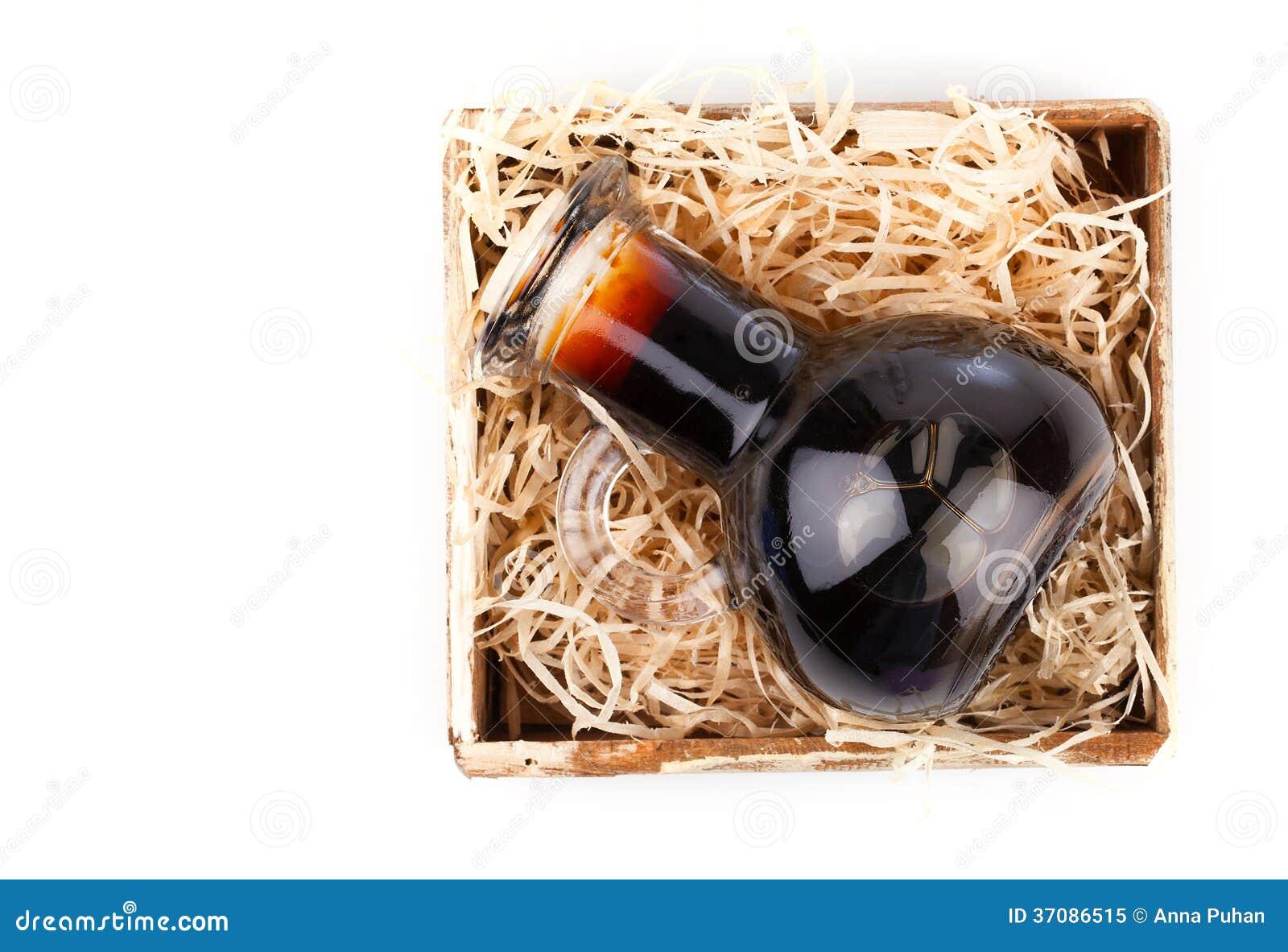 Download Butelki Wino Lub Ziołowy Syrop W Drewnianym Pudełku, Obraz Stock - Obraz złożonej z zbliżenie, pakunek: 37086515