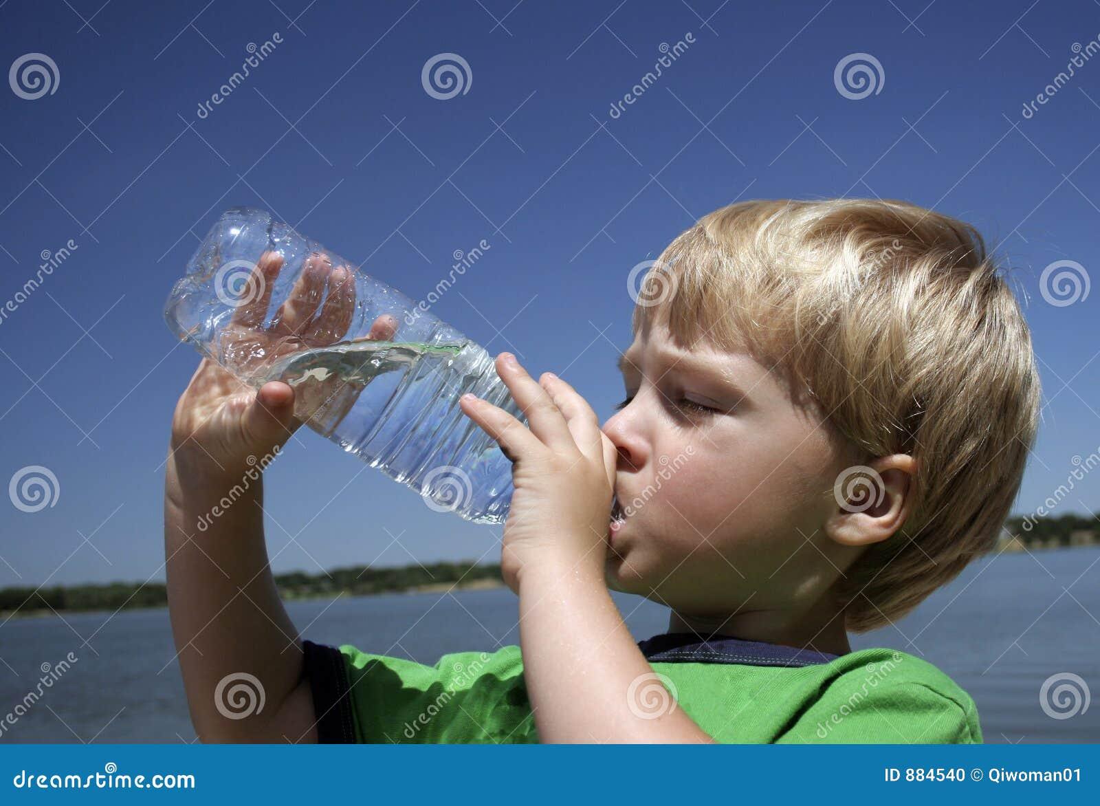 Butelkowana woda pitna chłopca