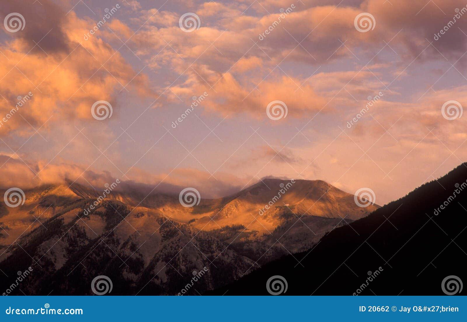 Butte som krönas över soluppgång
