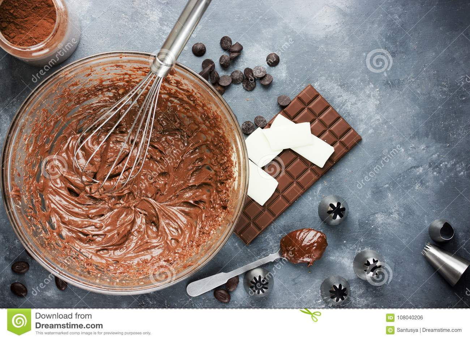 Buttercream del chocolate que hiela para las tortas