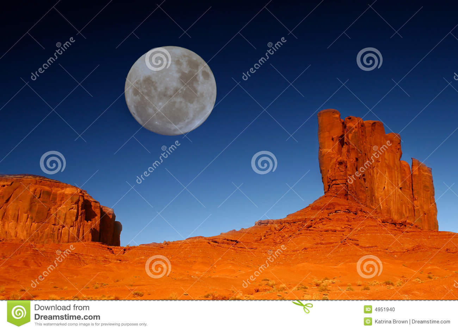 Buttes e lua no vale o Arizona do monumento