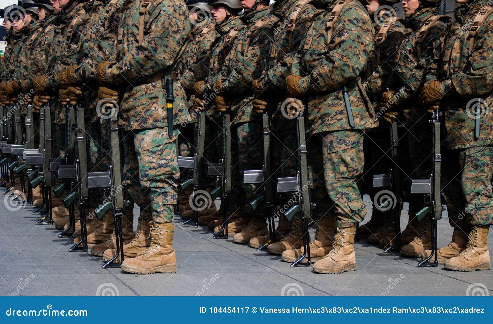 Buty Militar w paradzie Pełny patriotyzm z zakończeniem w górę techniki