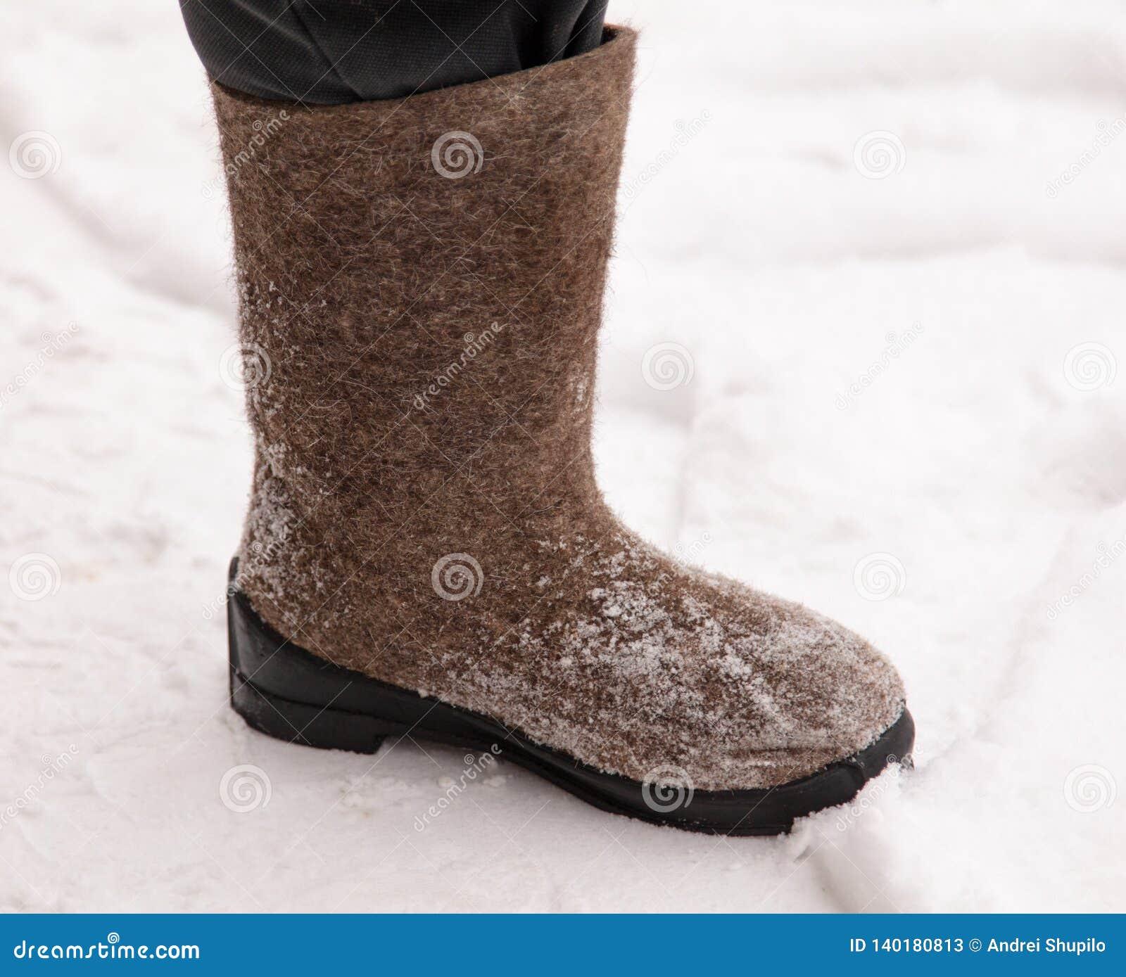 Buty na ciekach mężczyzna w zimie