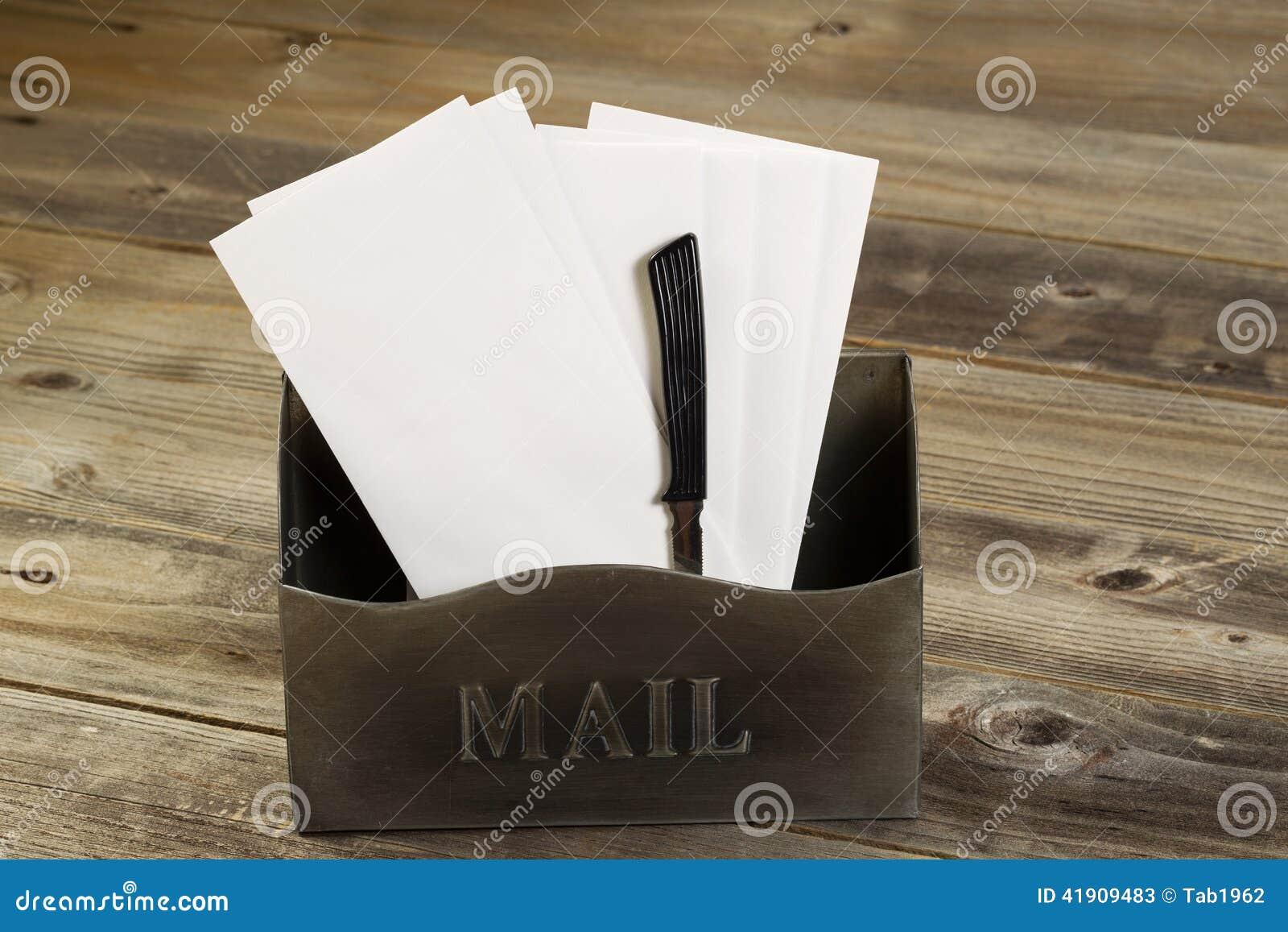 Buzón viejo llenado de las letras y del abrelatas