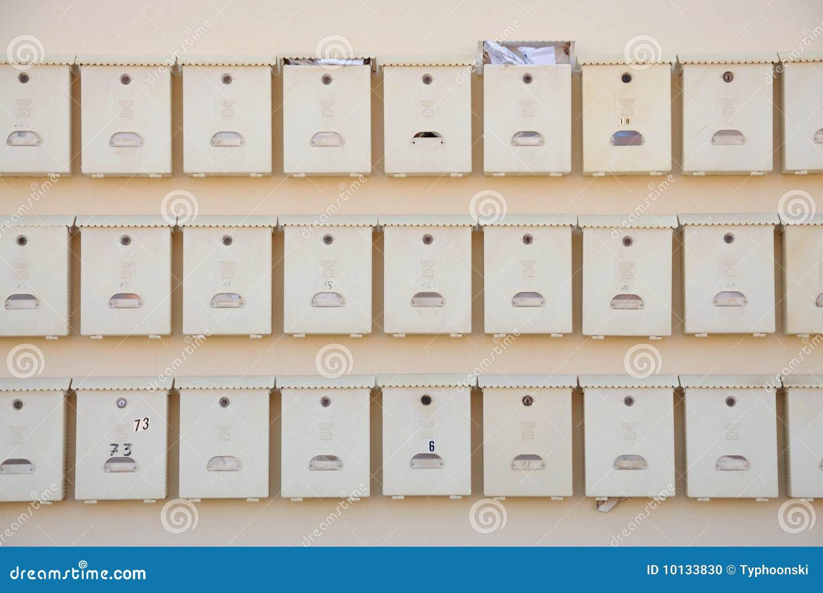 Buzones de correos en la pared foto de archivo imagen de - Buzones de correos madrid ...