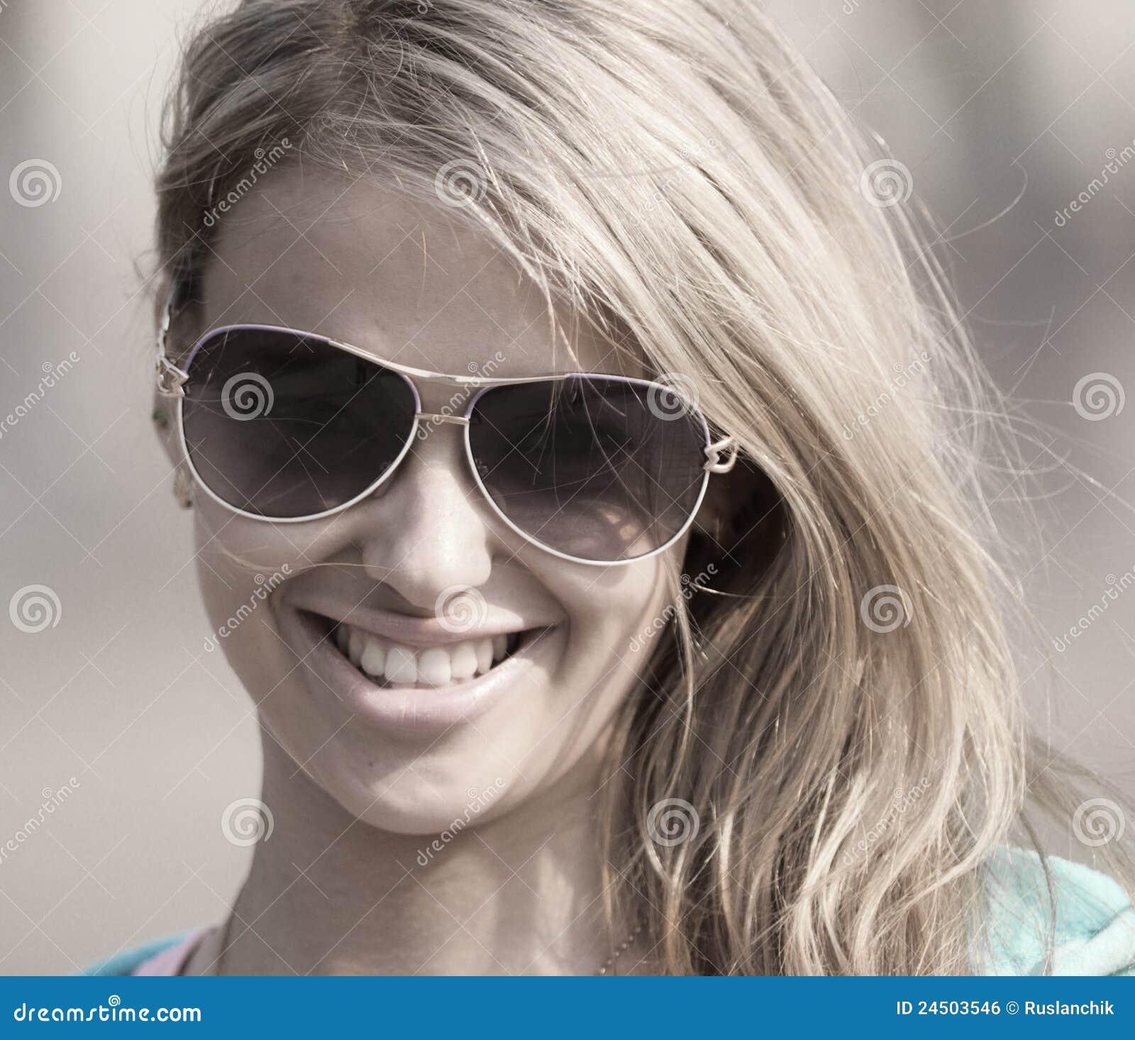 Фото девушки в темных очках 26 фотография