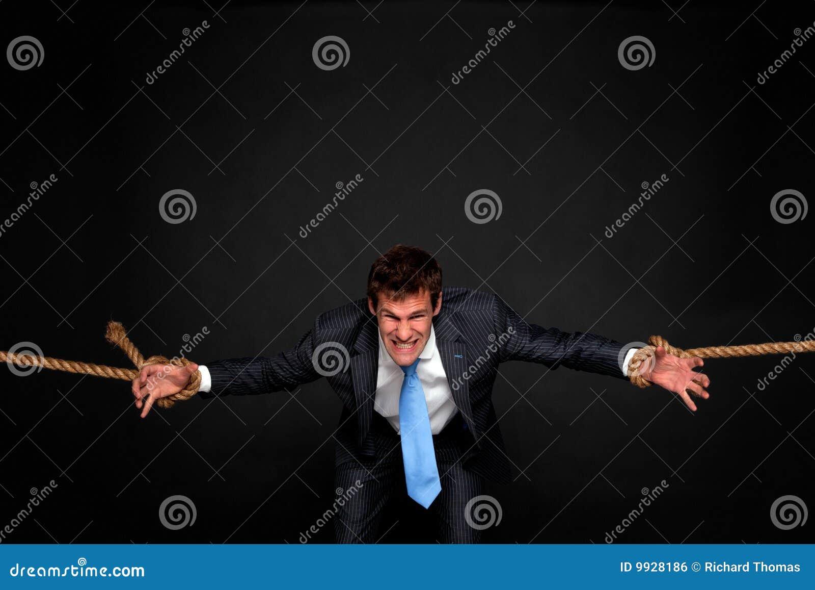 Być oba biznesmen ciągnącymi linowymi stronami