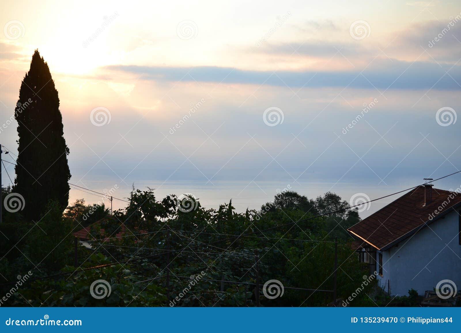 Byar runt om splittring med havssikt, Dalmatia, Kroatien