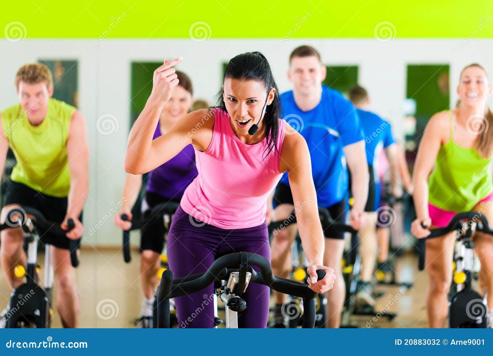 Bycicle de interior que completa un ciclo en gimnasia