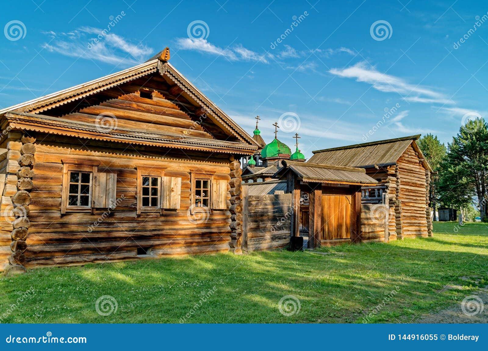 Bygata i sommaren Tr?journalkojor i den Siberian byn Ethnographic frilufts- museum ?Taltsy ?, Tr?arkitektur