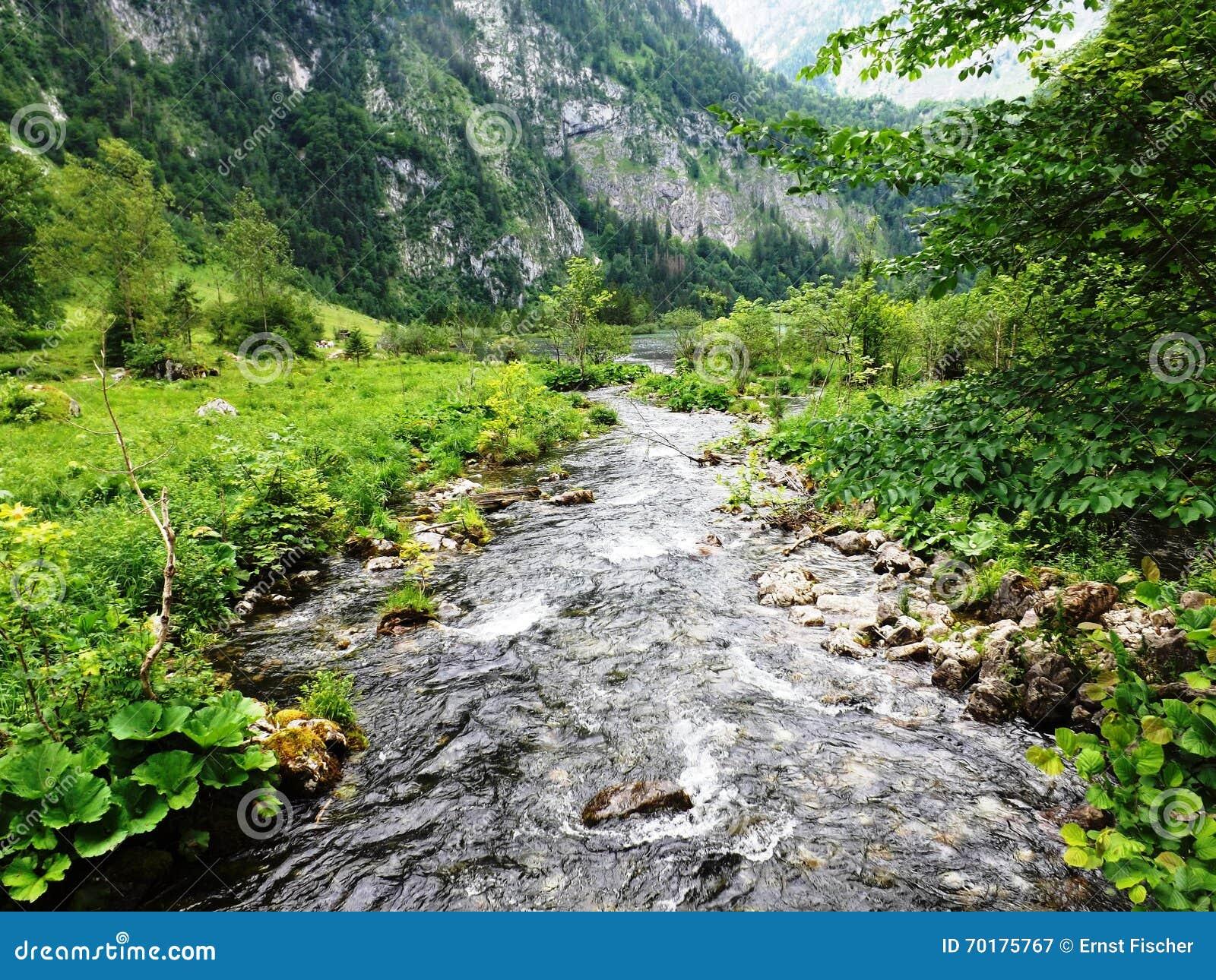 Bygd i Bayern med den lilla floden