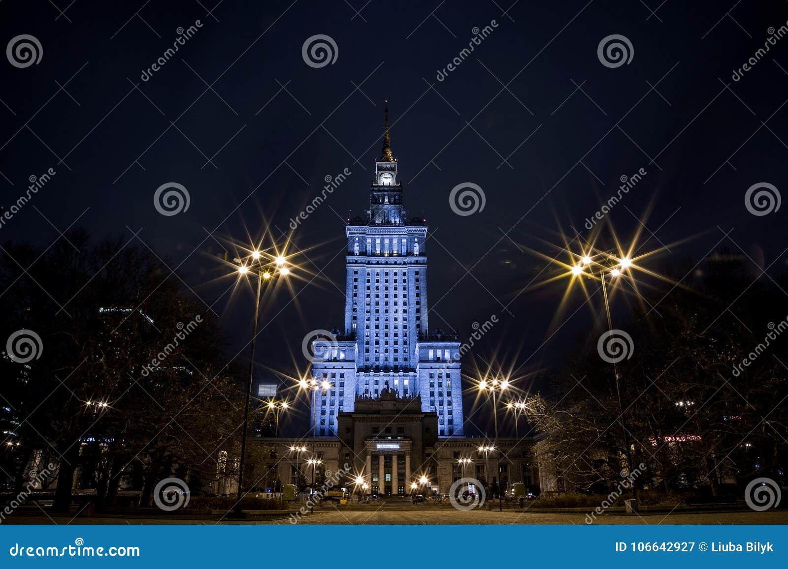 Byggande hög stigning Mitt av Warszawanattstaden Warszawa poland Polska blå sommar warsaw för sky för kulturslottpoland vetenskap