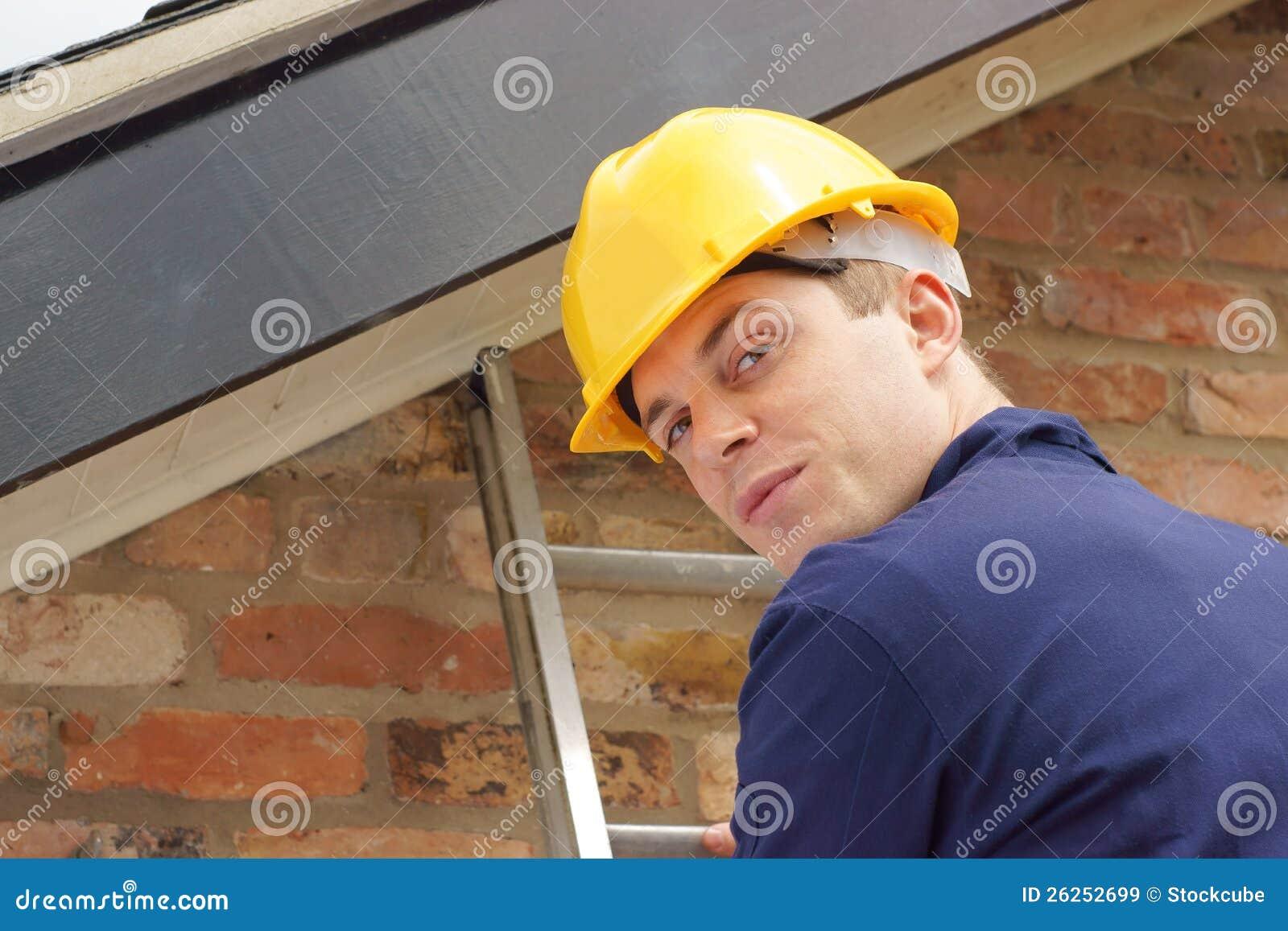 Byggmästare eller roofer på en stege