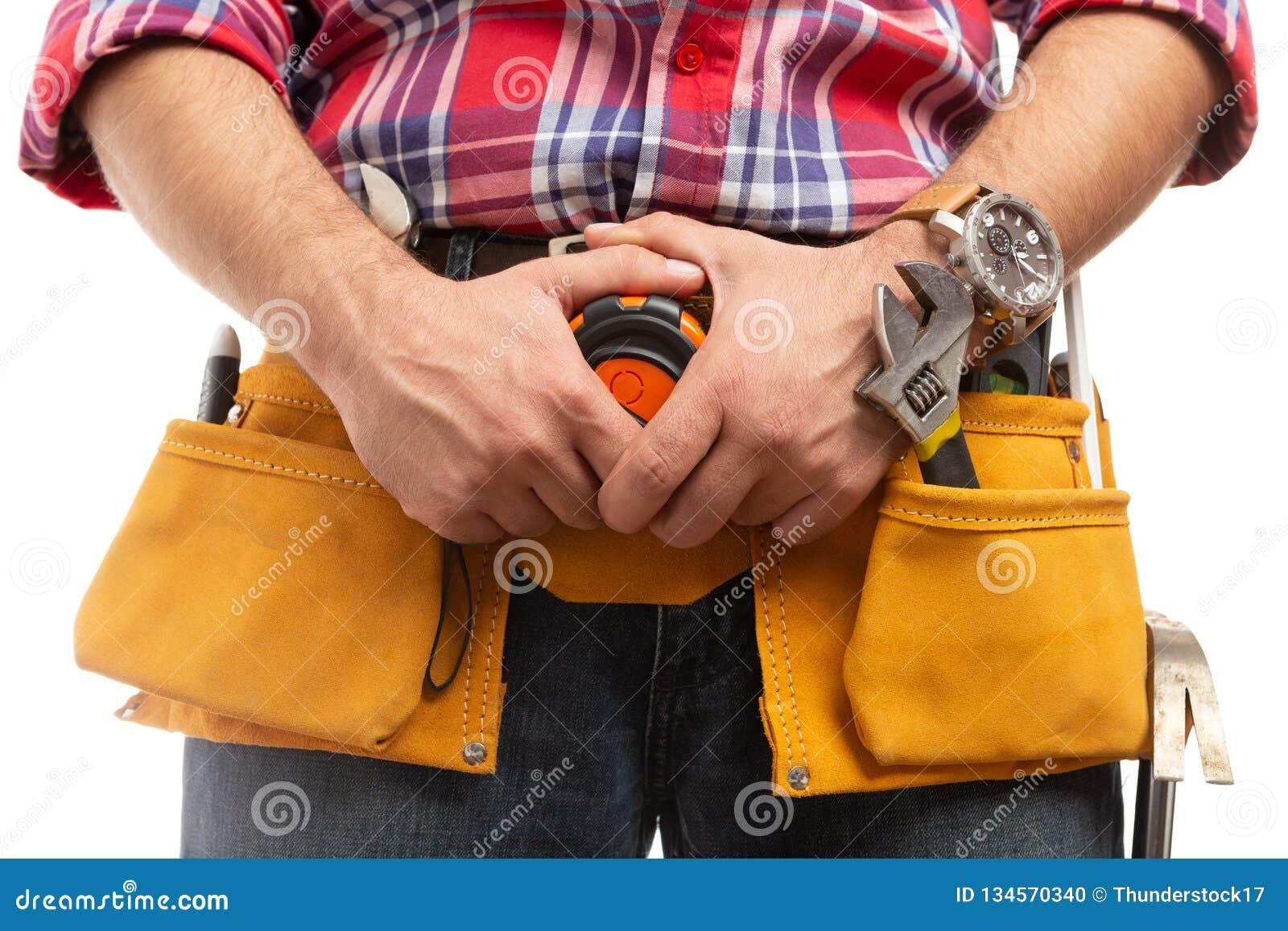 Byggmästare som rymmer att mäta bandet på bältenärbild