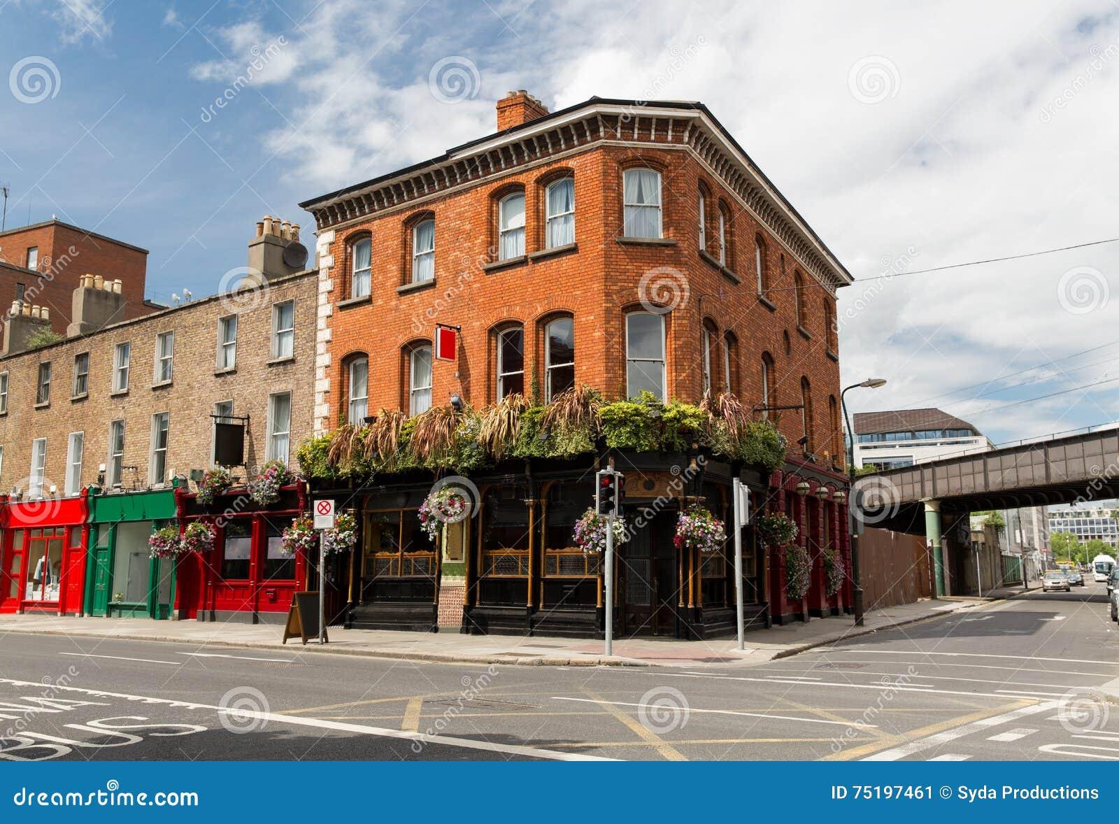 Byggnad med stången eller bar på gatan av den Dublin staden