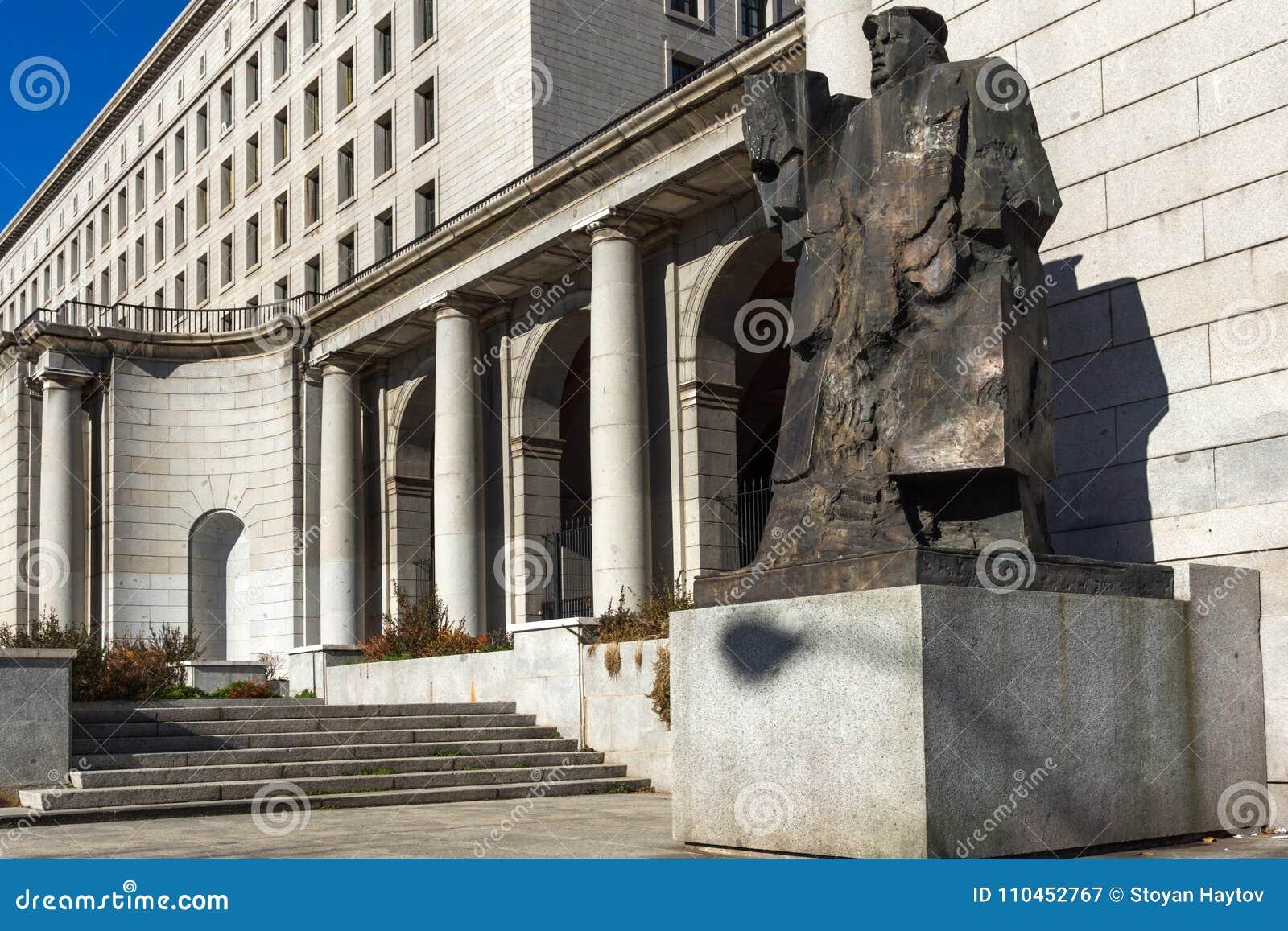 Byggnad och monument framme av departementet av anställning och socialförsäkring i stad av Madrid,