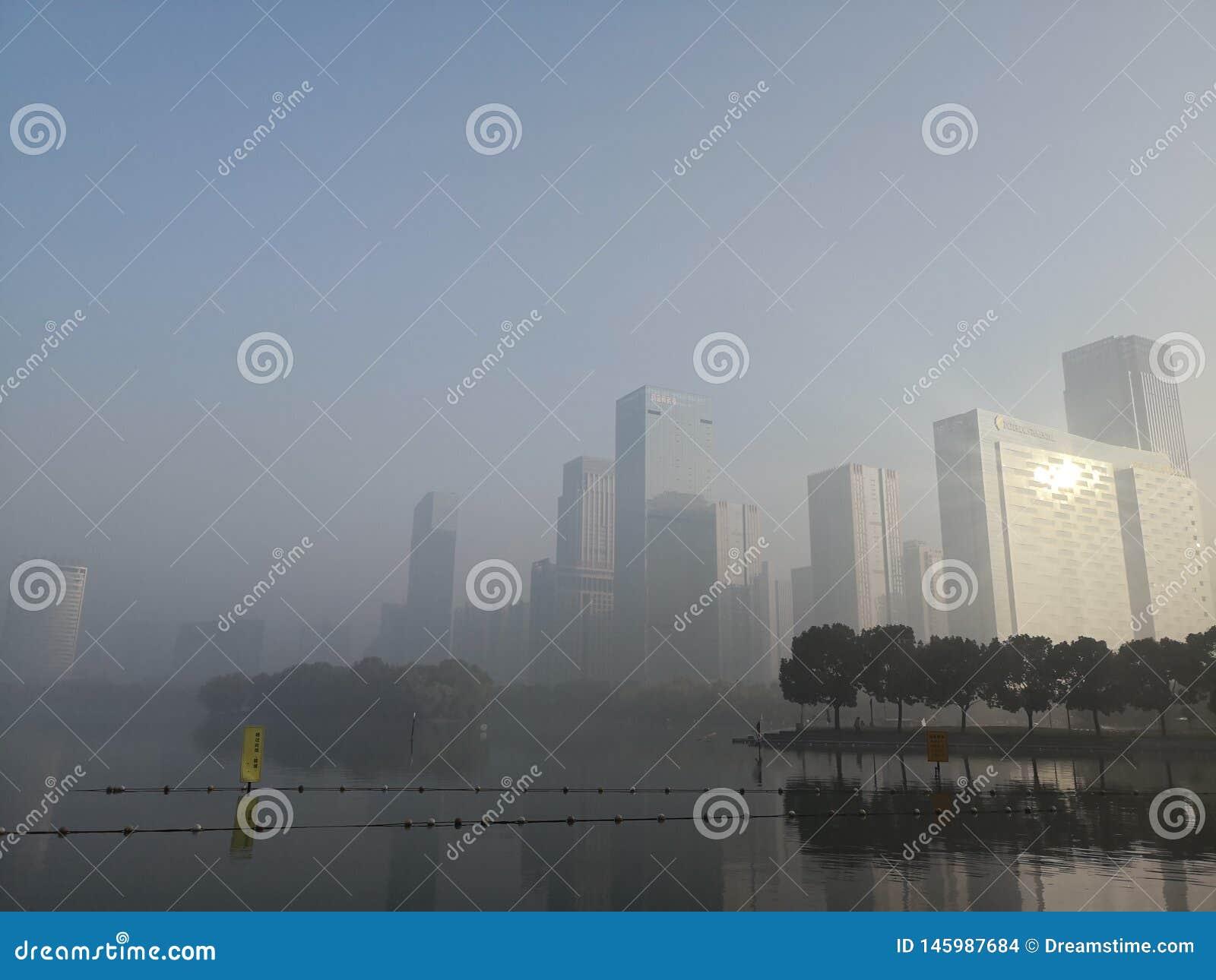 Byggnad och sjö under ljus av gryning