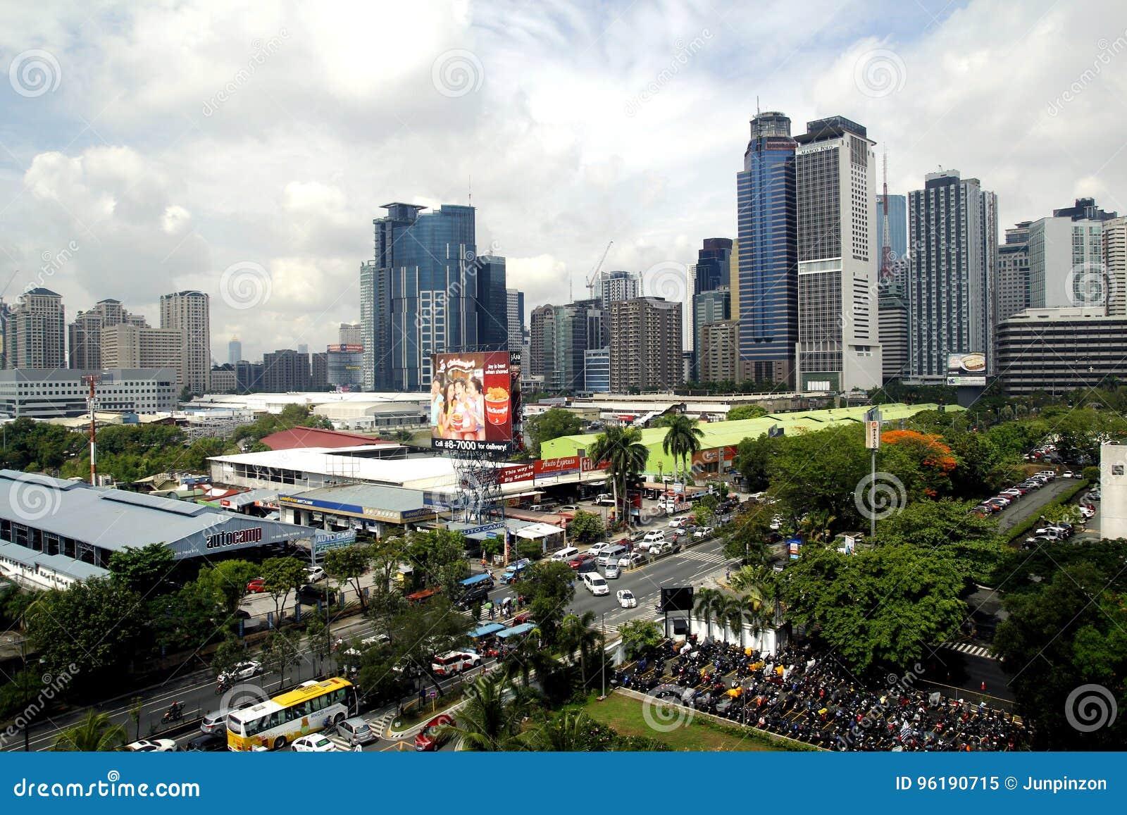 Byggnad, skyskrapor och kommersiella etableringar på det Ortigas komplexet i den Pasig staden, Filippinerna