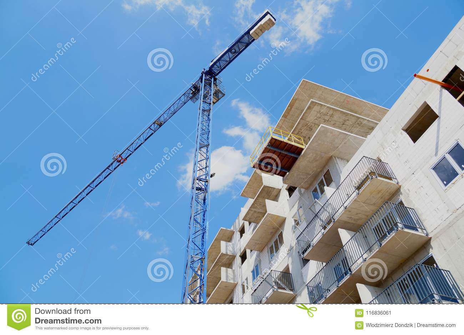 Byggnad under konstruktion, konstruktionskran mot himlen