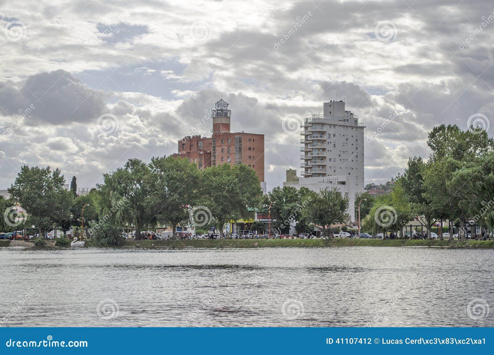 Byggnader bredvid sjön