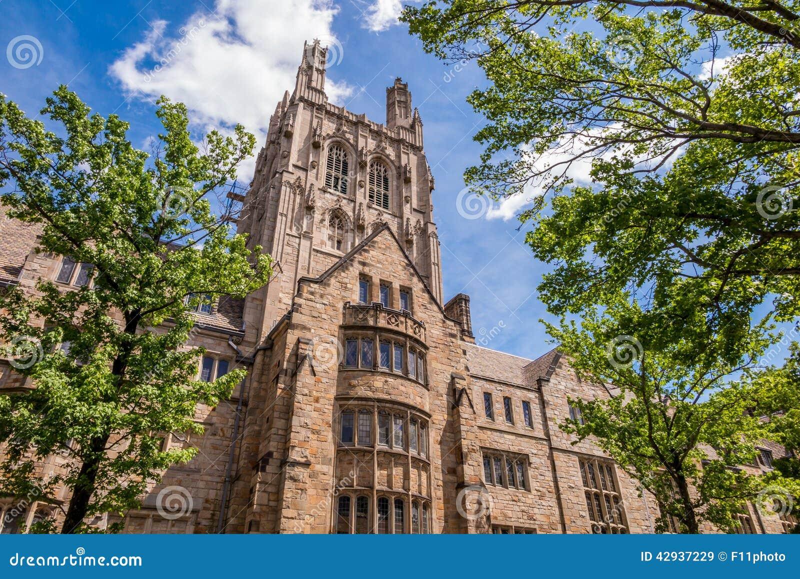 Byggnader för Yale universitet i blå himmel för sommar i New Haven, CT USA
