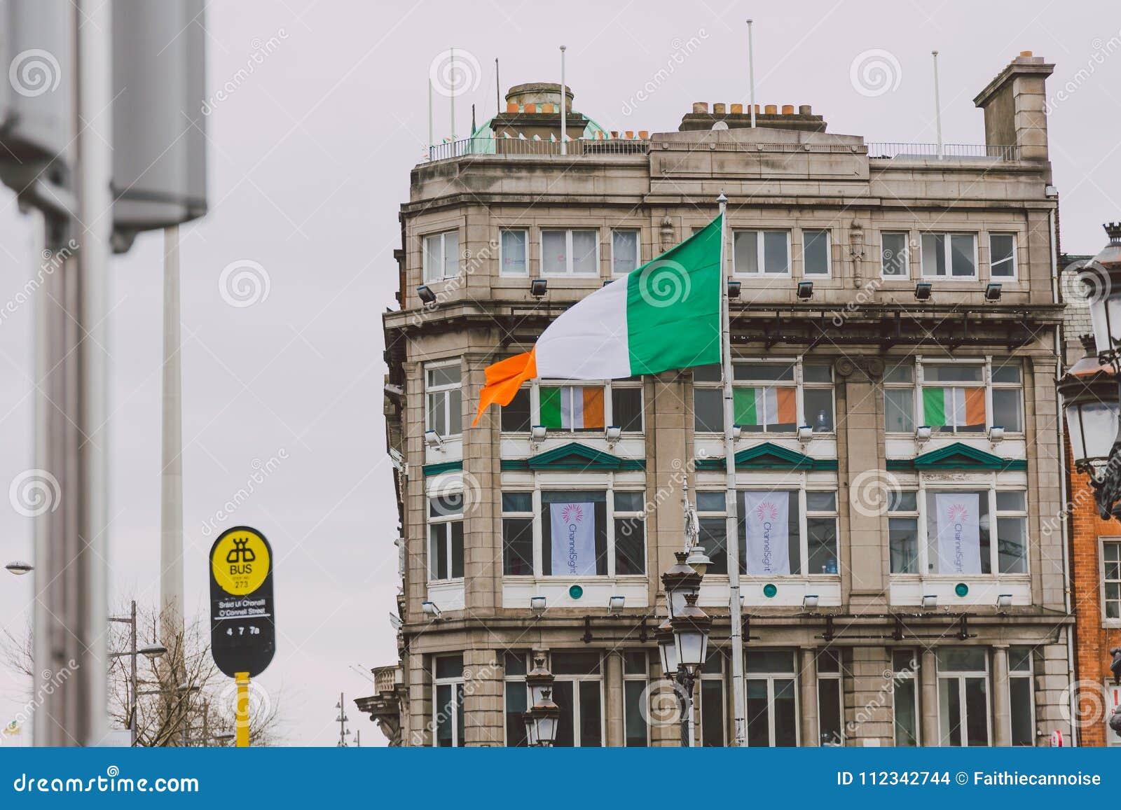 Byggnader med irländska flaggor under den St Patrick `en 2018 s ståtar i Dublin på den nolla-`-Connell bron i stadsmitten