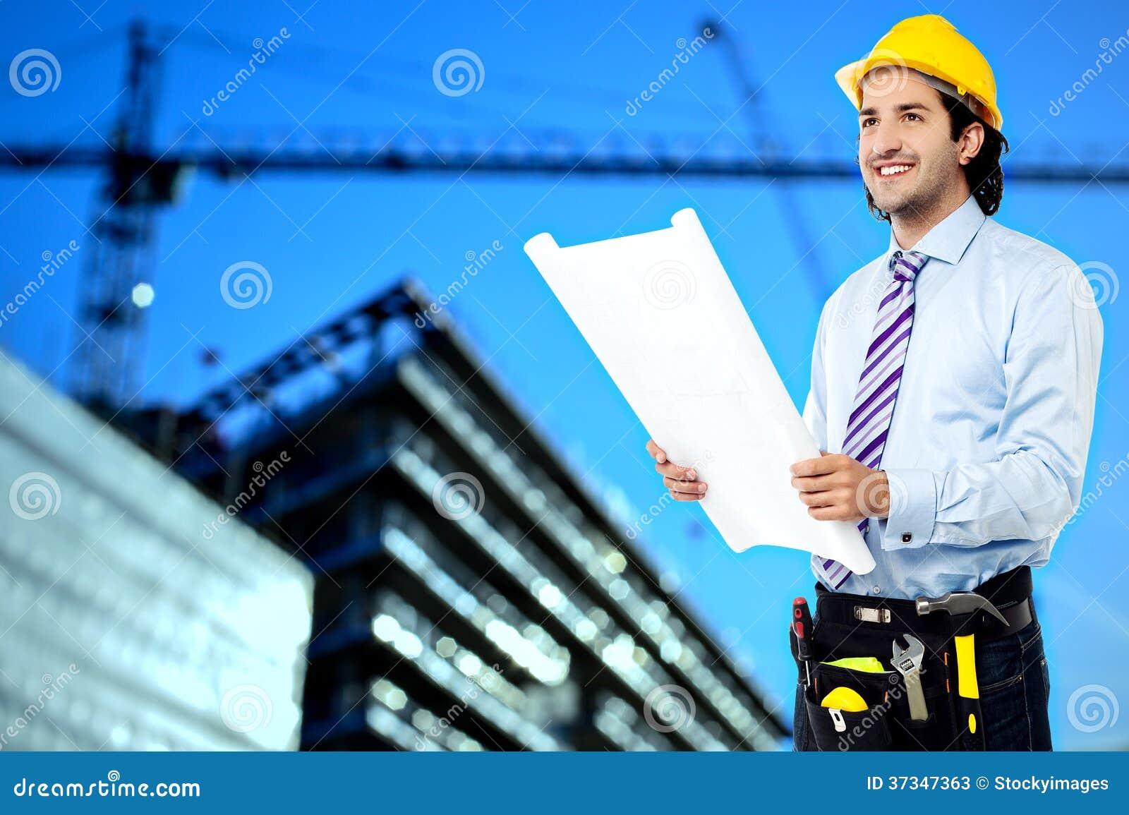 Byggnadsarbetare som granskar ritningen