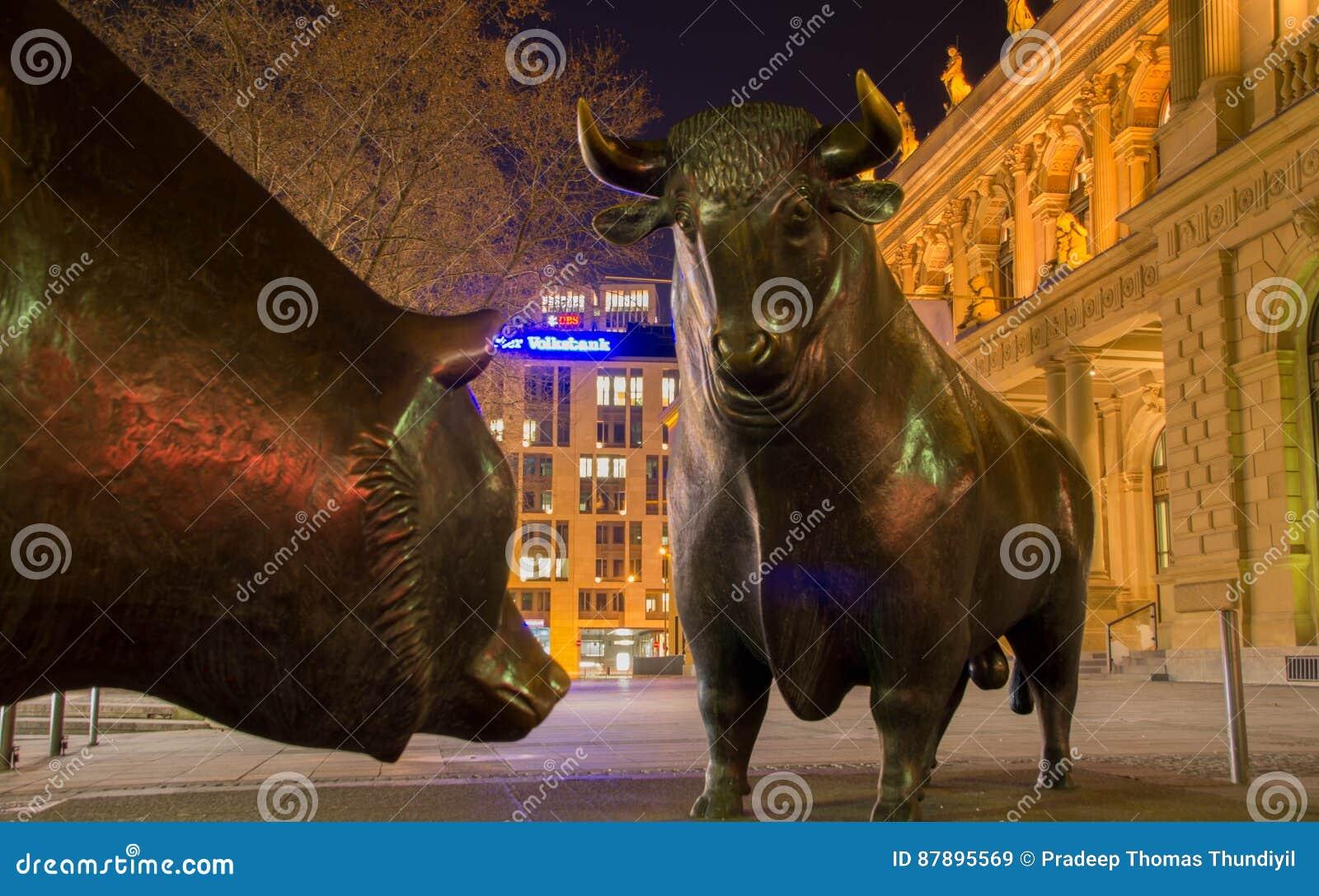 Byka i niedźwiedzia statuy przy Frankfurt giełdą papierów wartościowych