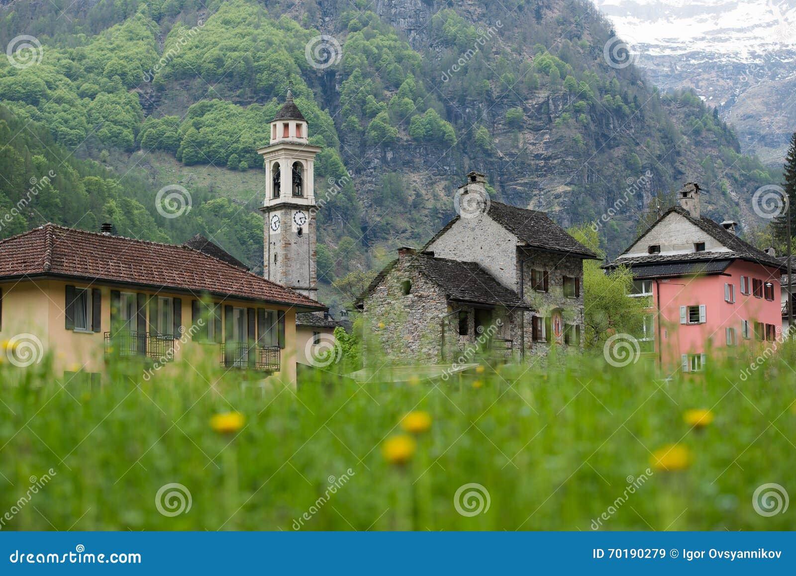 Byn av Sonogno i dalen av den Verzasca floden, Swit