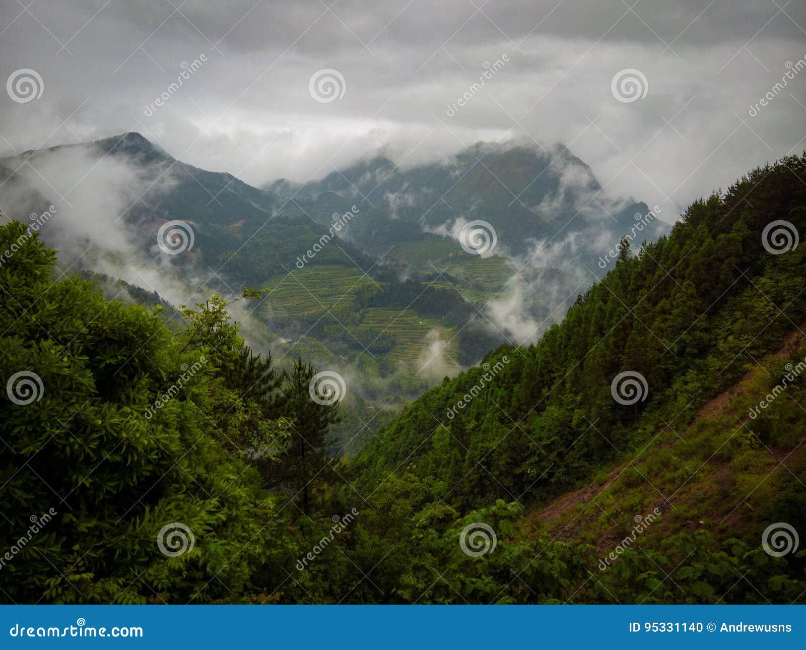 Byn sedd thorugh fördunklar runt om berget