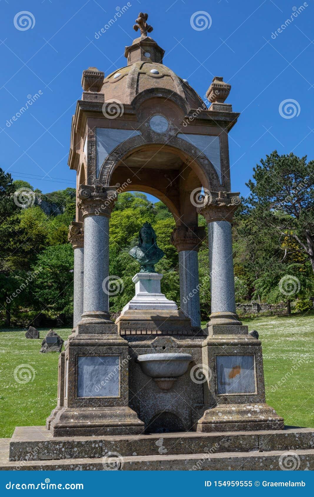 Byst av drottningen Victoria och springbrunnen på den stora Ormen Llandudno norr Wales Maj 2019