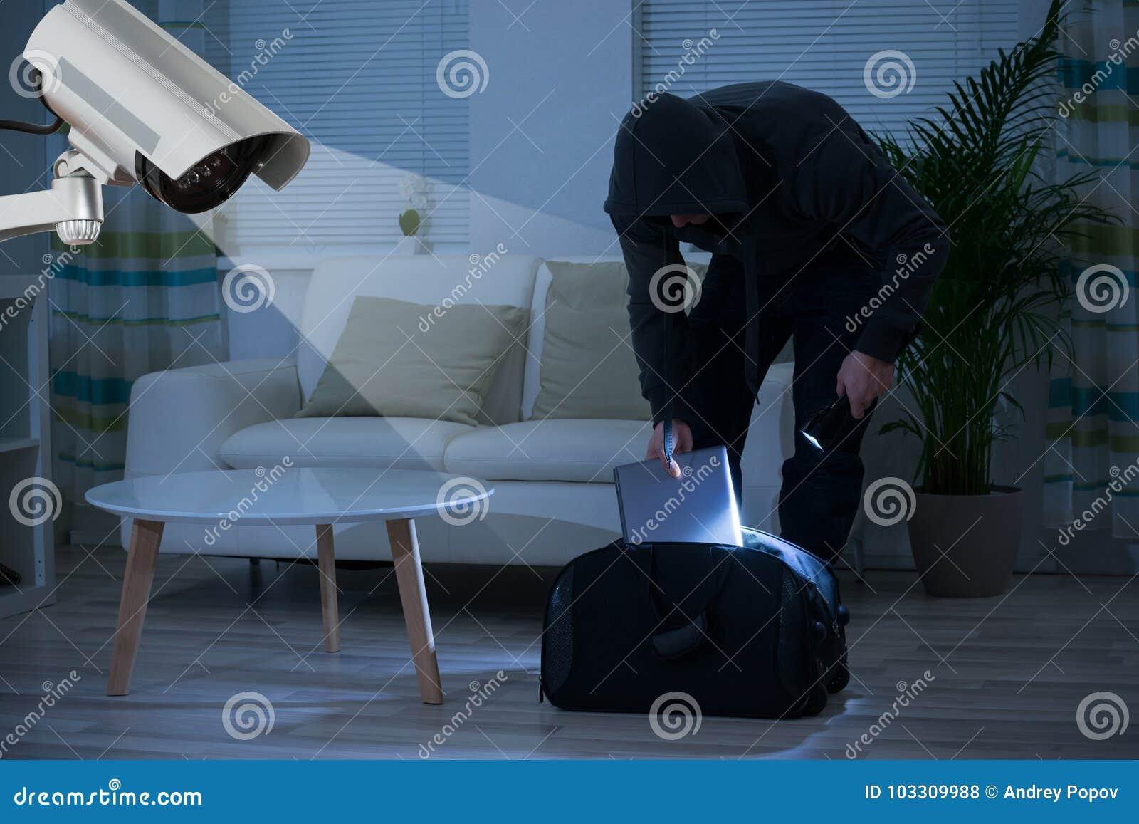 Cámara CCTV que muestra a un ladrón In House