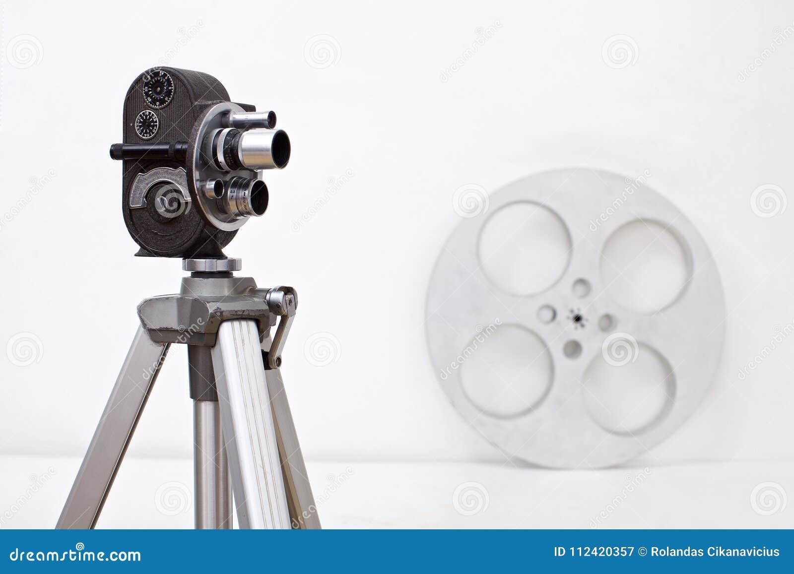 Cámara de 8 milímetros y rollo de película viejos en blanco