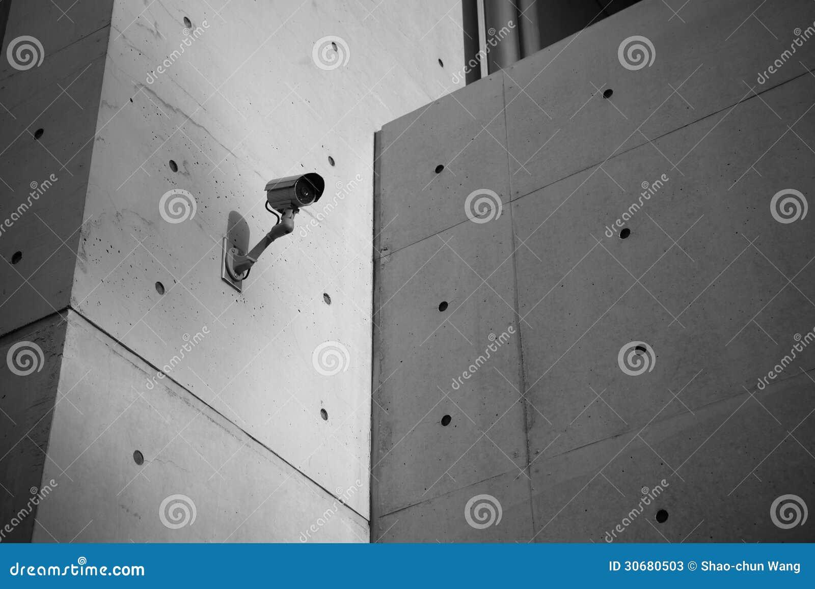 Cámara de seguridad de la vigilancia con el muro de cemento