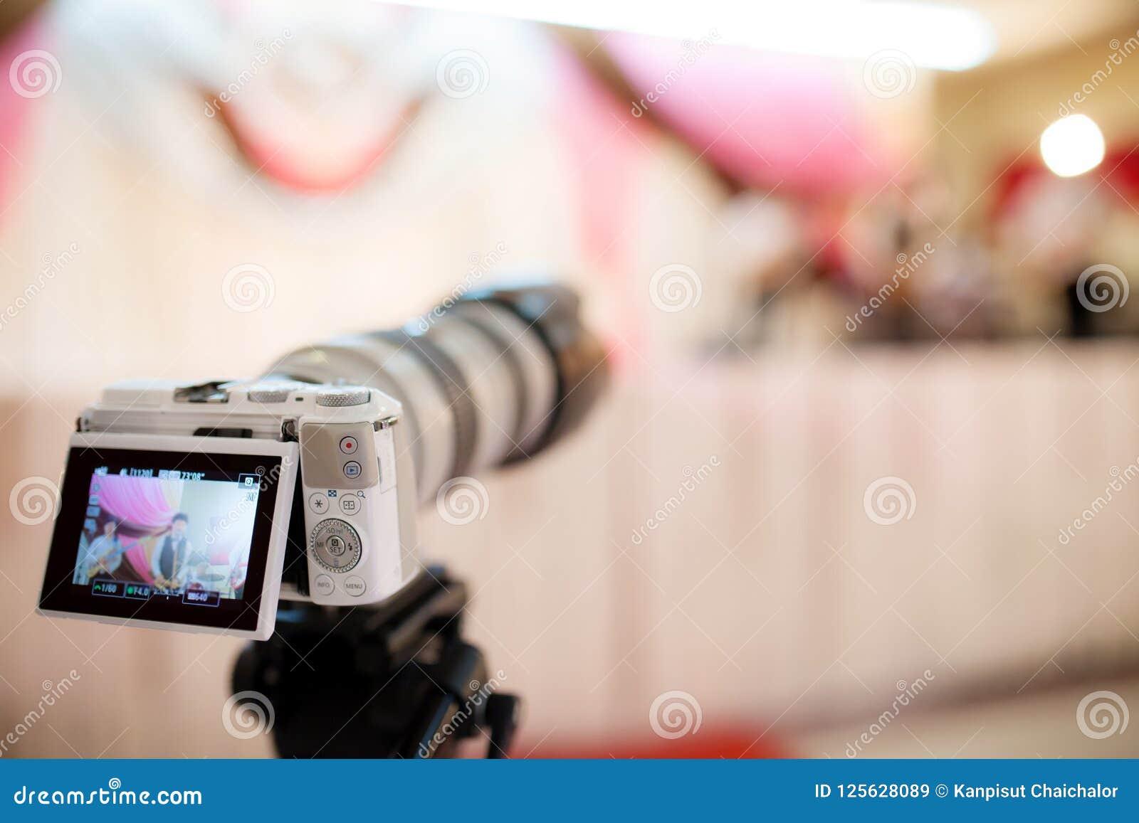 Cámara de vídeo que registra el gran momento en ceremonia de boda