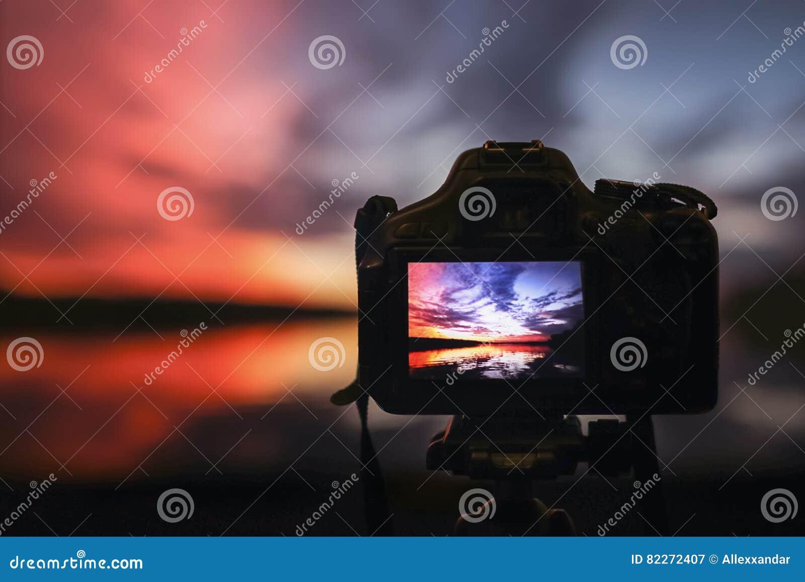 Cámara que captura puesta del sol Paisaje de la opinión de la fotografía