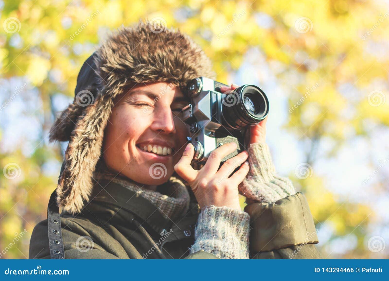Cámara retra a disposición de la muchacha joven del fotógrafo y listo para tomar la foto