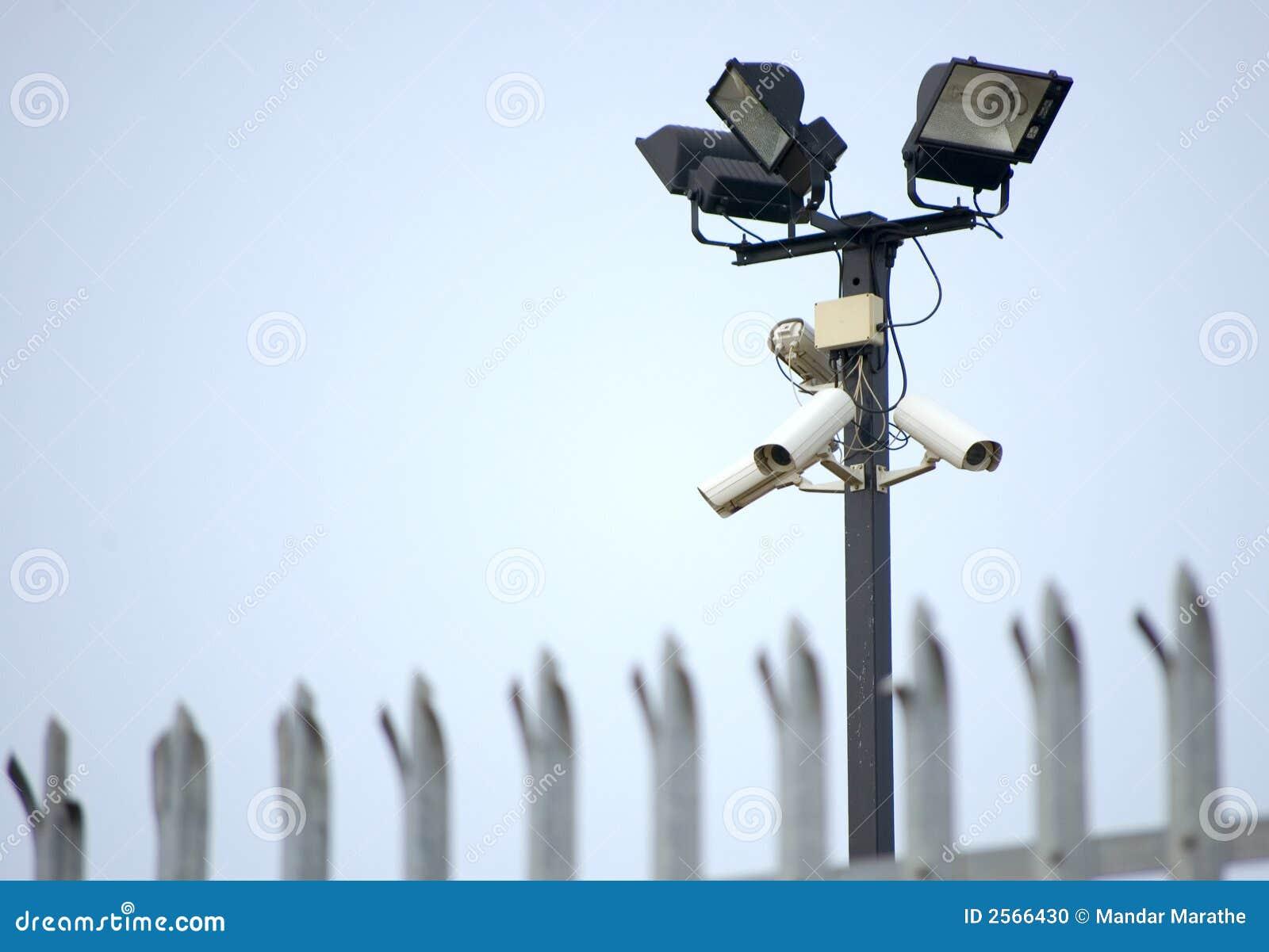 Cámaras de seguridad y cerca del CCTV
