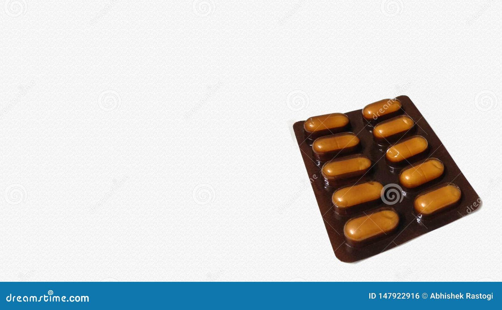 Cápsula de la píldora del color oscuro aislada en el fondo blanco Visi?n superior