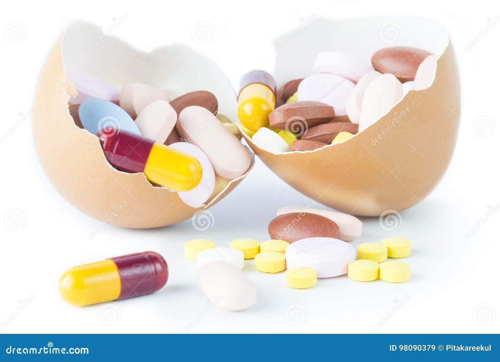 Cápsula de la píldora en salud rota de la idea del concepto de la cáscara de huevo