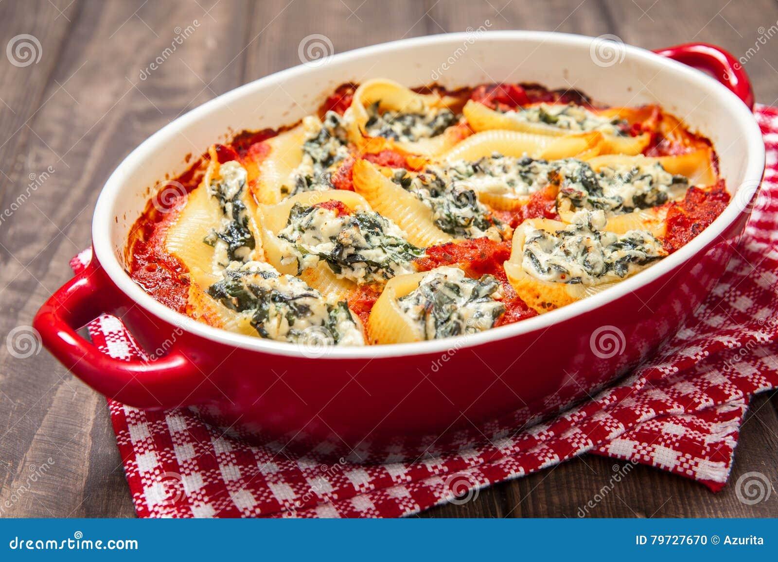 Cáscaras rellenas de las pastas con ricotta de la espinaca