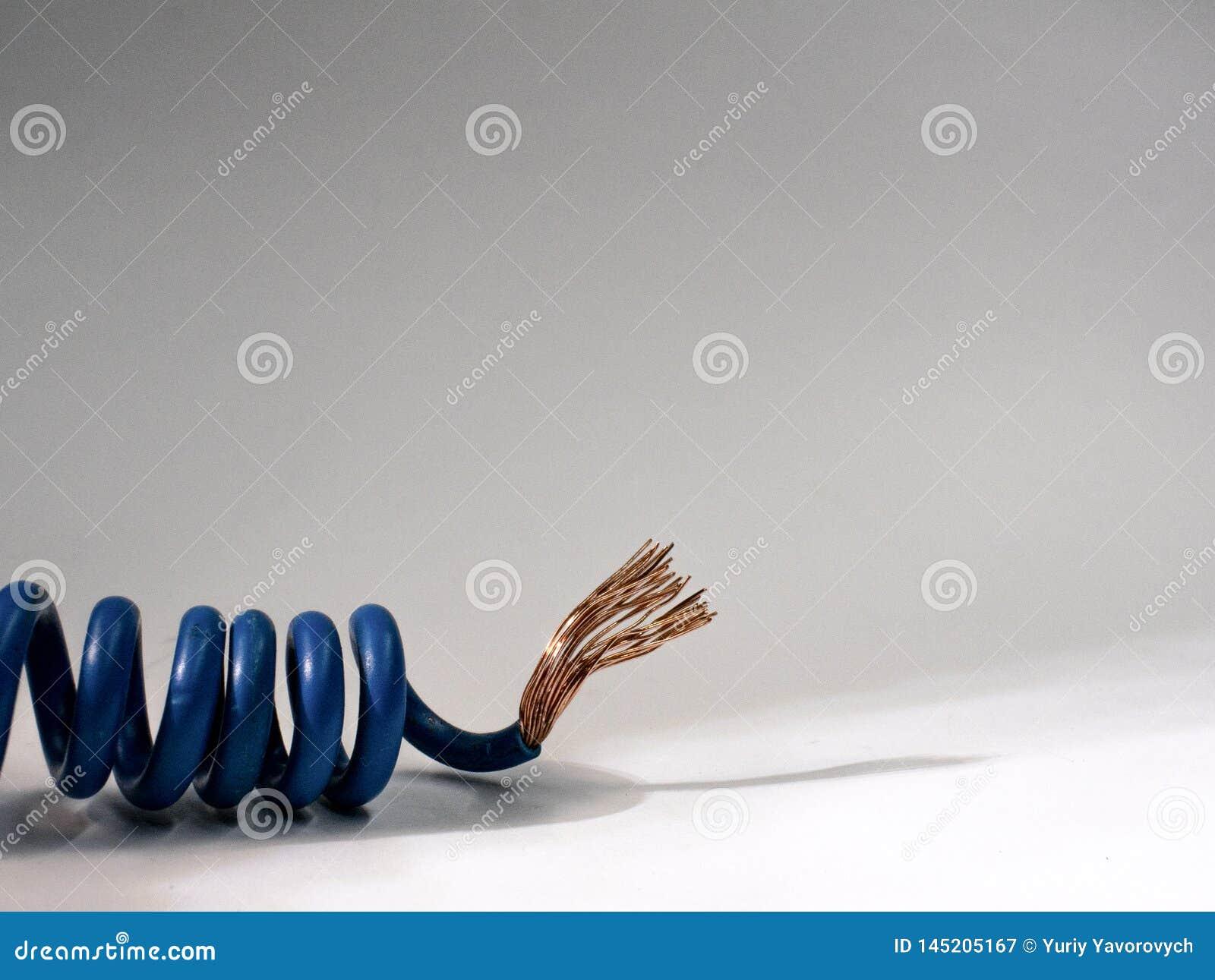 Câble bleu tordu sur le fond blanc fil isolé électrique